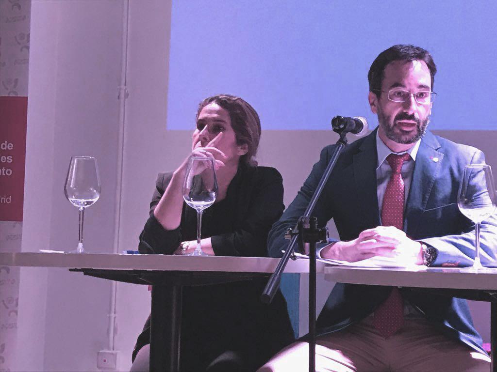 Dña. Luján Sanjuan y D. Antonio Cros en el Encuentro de Asociados de ACESIMA